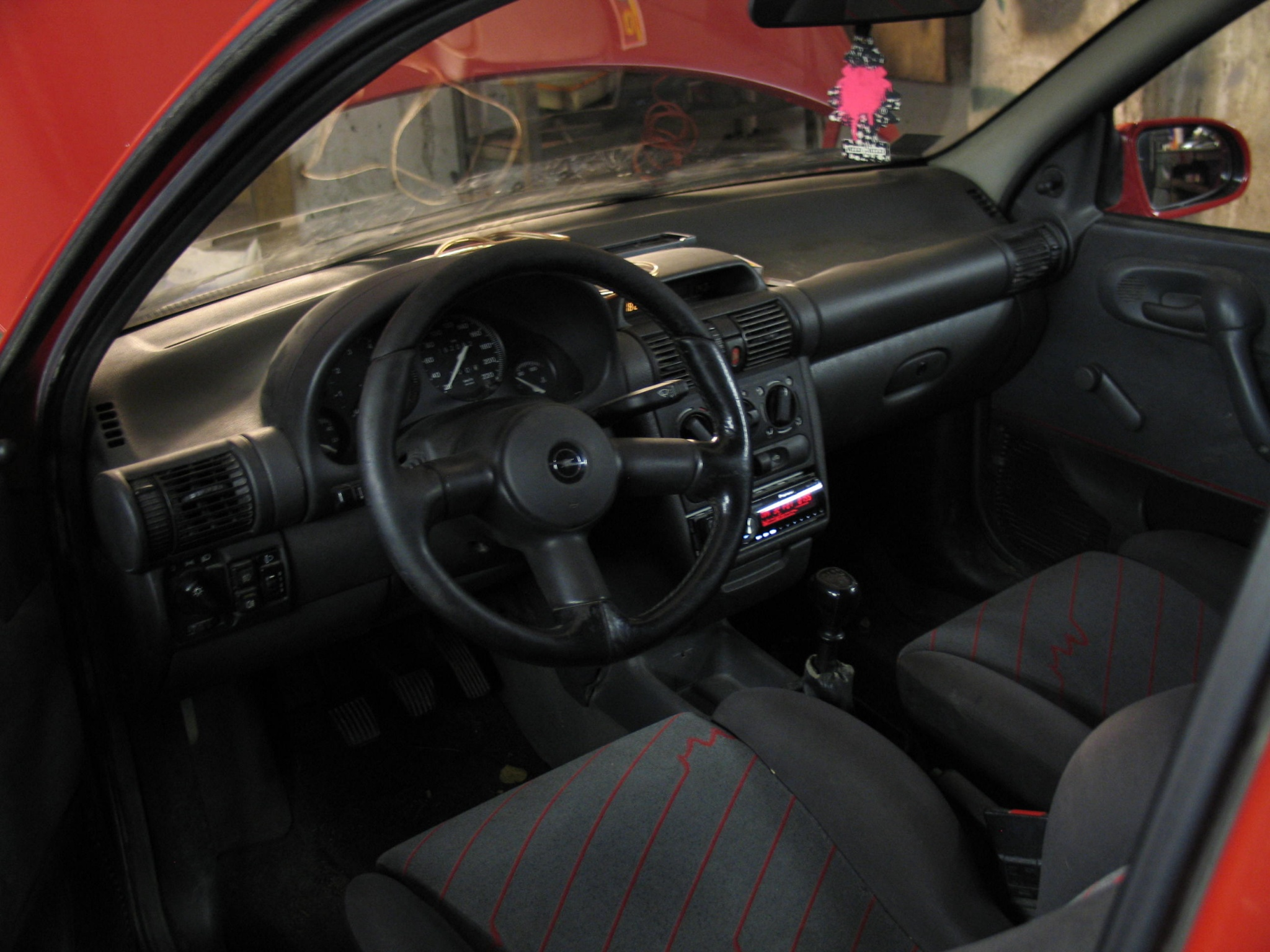 Fotos de los interiores de tu coche vol 1 forocoches for Opel corsa 2010 interior