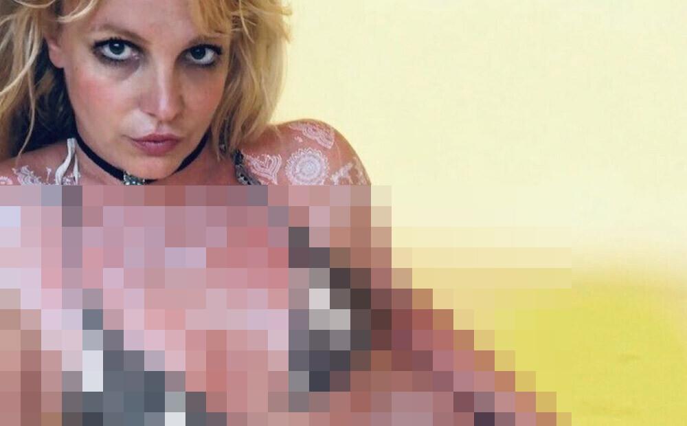 Britnija Spīrsa pozē bikini un ķermeni izrotājusi ar hennu, taču fani tajā saskata slēptu vēstījumu