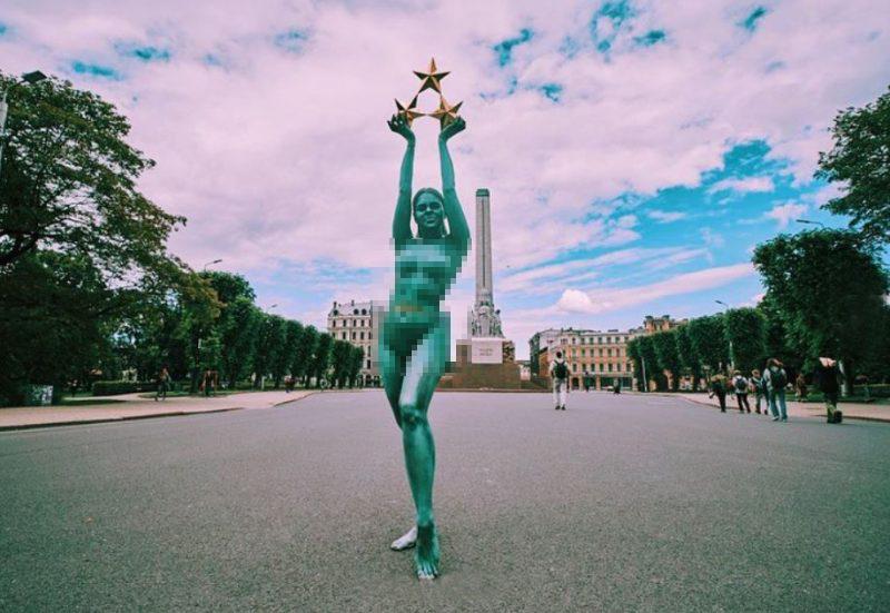 FOTO: Skandaloza latviešu blogere pārtop par Brīvības pieminekļa Mildu un iemūžina sevi fotosesijā