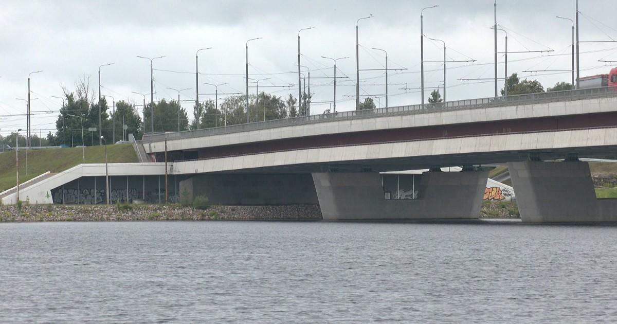 Video: Iet bojā nolecot no tilta