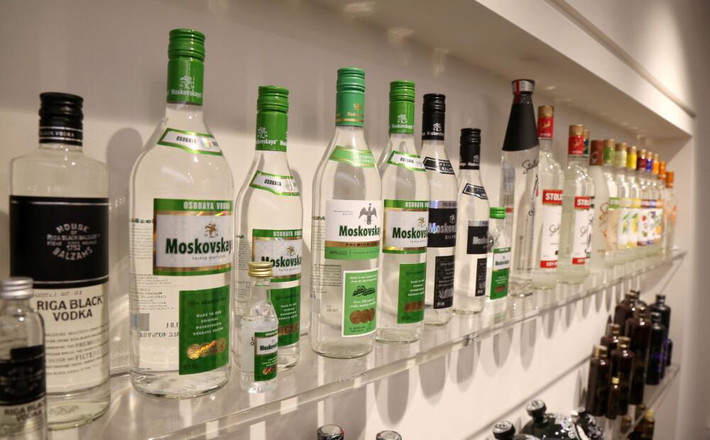 Izvērtēs iespēju saīsināt alkohola tirdzniecības laiku