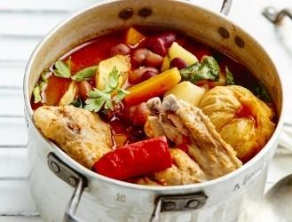 Pikantā vistas un sakņu zupa uz ugunskura