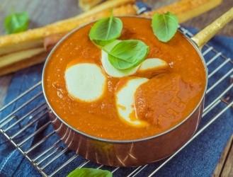 Tomātu biezzupa ar mozzarella
