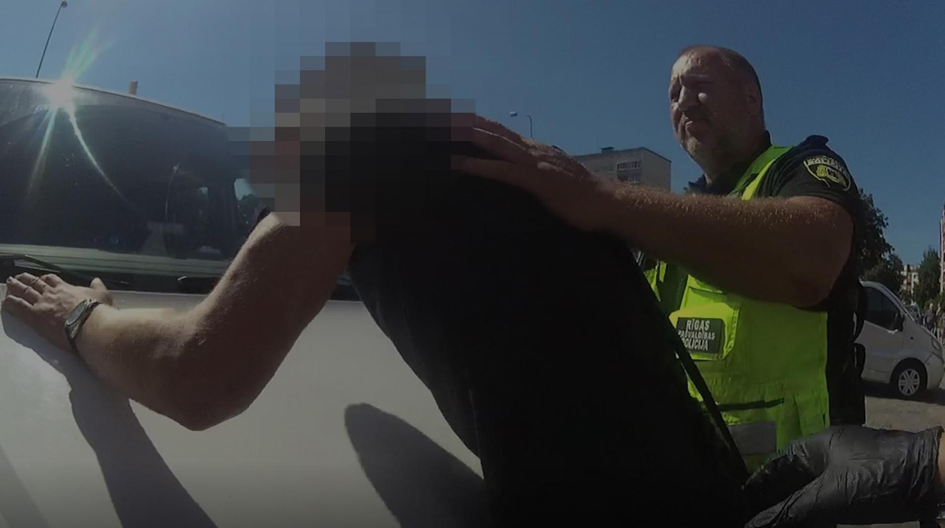 Video: Vīrietis Rīgā piekauj veikala pārdevēju, bet policija viņu nearestē
